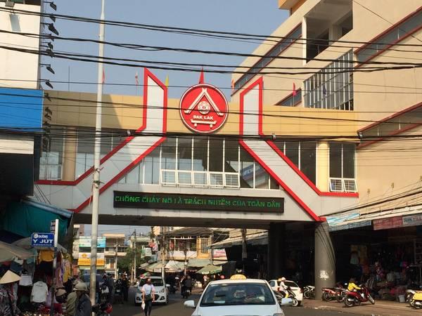 Chợ trung tâm Buôn Ma Thuột kéo dài từ đầu đường Nguyễn Công Trứ đến cuối đường Quang Trung.