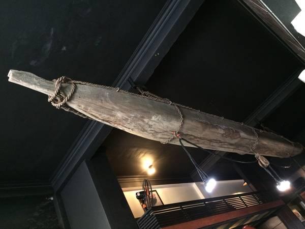 Con thuyền gỗ đặc trưng của quán.