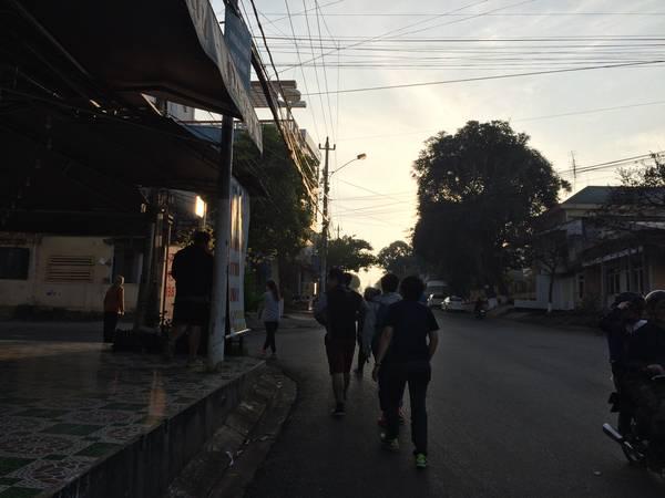 Bọn mình rong ruổi trên các tuyến đường Nguyễn Thị Minh Khai – Lý Thường Kiệt – Trần Phú – Y Jut – Hoàng Diệu đi tìm chỗ bán bún đỏ. Tuy trời vẫn lạnh nhưng bọn mình thích không khí và cái se se lạnh ở đây.