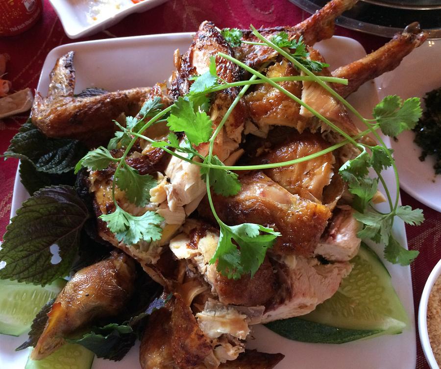 Gà nướng Ko Tam là một món đặc trưng tại khu du lịch này.