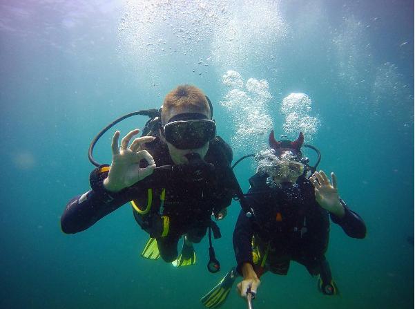 Một trong những hoạt động bất cứ du khách nào đến Hòn Mun cũng thích thú, đó là lặn biển. Ảnh: @akarpov85