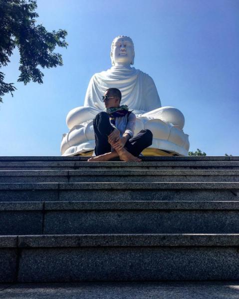 Chùa có tượng Kim Thân Phật Tổ ngự trên đỉnh đồi, bạn phải trải qua 193 bậc tam cấp mới lên đến tượng Phật. Ảnh: @nastya_vyadro