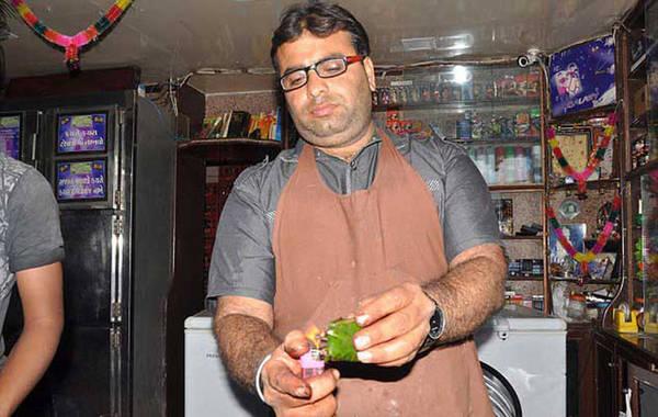 """Nhiều du khách tới Ấn Độ đều thích thú và bày tỏ sự thán phục khi chứng kiến cảnh người dân bản địa ăn """"trầu lửa"""", món ăn nổi tiếng ở New Delhi và Mumbai, theo Reviewmantra."""