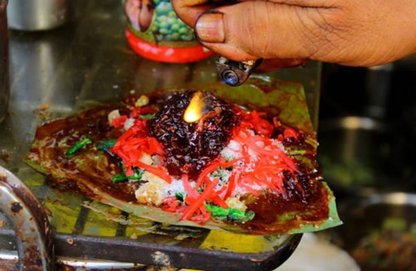 Đây là món ăn được bày bán tại quầy hàng rong trong các khu chợ bình dân, bao gồm hạt thì là nướng, lá bạch đậu khấu, nước sốt cùng các loại thảo mộc như đinh hương, thảo quả. Tất cả được gói trong lá trầu tươi.