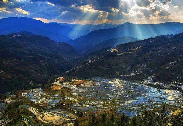 Mùa xuân về trên những thửa ruộng bậc thang của người Hà Nhì tại huyện Nguyên Dương, tỉnh Vân Nam, Trung Quốc. Đây là thắng cảnh được UNESCO công nhận di sản thế giới năm 2013. Người Hà Nhì ở Vân Nam có truyền thống làm nông tạo nên những thửa ruộng này từ hơn 1.300 năm trước.