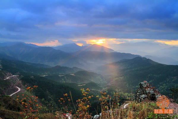 Dãy Bình Liêu thuộc thị trấn Bình Liêu (huyện Bình Liêu, tỉnh Quảng Ninh) nơi có cột mốc 1035 (biên giới giữa Việt Nam và Trung Quốc). Để chinh phục cột mốc này, lữ khách phải mất 2 giờ leo núi với những bậc thang dốc ngược. Muốn thưởng thức sương mù âm u, mặt trời ló dạng, chiếu những tia nắng vàng đầu tiên, du khách phải xuất phát từ chân núi lúc 4h sáng.