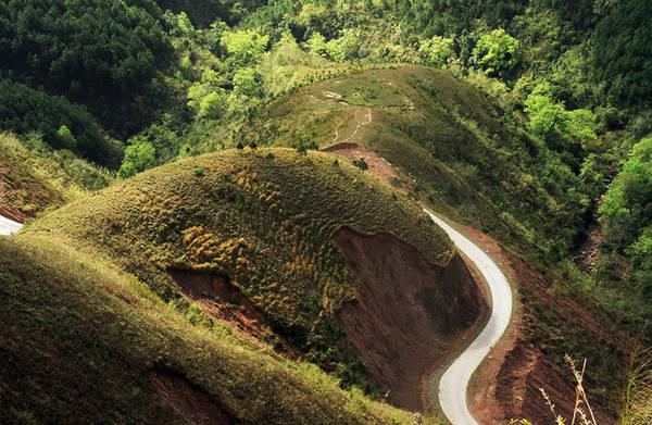 """Nằm ở phía Đông Bắc của tỉnh Quảng Ninh, giáp ranh biên giới với Trung Quốc, cách Hà Nội 270 km, Bình Liêu là huyện miền núi xa xôi. Đến đây, những phượt thủ dễ bị thôi miên với cung đường uốn quanh, khuất sau lưng núi và """"trốn"""" vào rừng thông."""