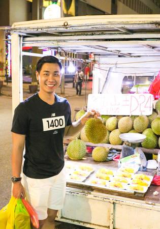 Langkawi thường được quảng cáo là thiên đường hàng miễn thuế nhưng thực tế hàng hóa không được đa dạng, chủ yếu là nước hoa, hàng thủ công mỹ nghệ, rượu, chocolate... Chocolate ở đây có nhiều loại, giá vài loại rẻ bằng một nửa so với các cửa hàng ở Kuala Lumpur. Hòn đảo này cũng rất nổi tiếng với trái sầu riêng.