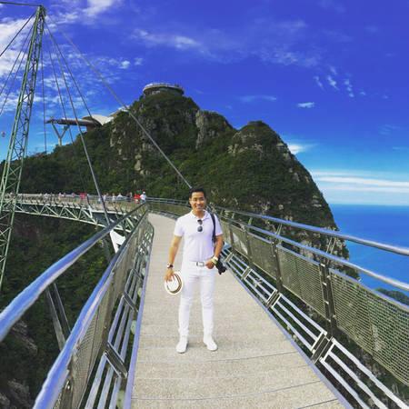 Sky Bridge là một trong những điểm đến có thể coi là hấp dẫn nhất trên đảo Langkawi, thuộc khu vực Pantai Kok, cách Pantai Cenang khoảng 18 km. Du khách có thể đi cáp treo lên đài quan sát trên đỉnh núi, từ đây có thể thu vào tầm mắt toàn cảnh đảo Langkawi, thậm chí cả hòn đảo Tarutao của Thái Lan ở cuối trời xa. Nơi đây có một cây cầu thép bắc ngang qua bầu trời (Sky Bridge) nối giữa 2 đỉnh núi. Đây cũng là một trong những cây cầu lập kỷ lục thế giới với trải nghiệm ngoạn mục nín thở khi cây cầu treo cao lung lay trước gió. Giá một người tham quan là 30 RM.
