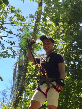 """Langkawi Skytrex là một trò chơi mạo hiểm nổi tiếng ở Langkawi mà du khách không nên bỏ qua, đòi hỏi người chơi phải di chuyển từ tán cây này sang tán cây khác bằng cách đu mình giữa không trung, giữa những cây cổ thụ cao nhất, hoặc giữ thăng bằng trên dây bắt ngang những tán cây trong rừng nhiệt đới. Nguyên Khang tập luyện với huấn luyện viên trước khi tự mình chinh phục thử thách. Anh chia sẻ: """"Đây là lần đầu tôi trải nghiệm Skytrex. Tôi luôn muốn vượt qua tất cả những nỗi sợ của bản thân. Cảm giác khi thực hiện thành công rất hưng phấn và hạnh phúc""""."""