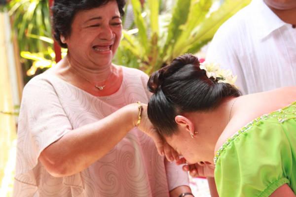 Ở Philippines, người ta tỏ lòng kính trọng người lớn tuổi bằng cách đưa tay họ lên trán, cúi gập người, nghi thức này gọi là Mano.