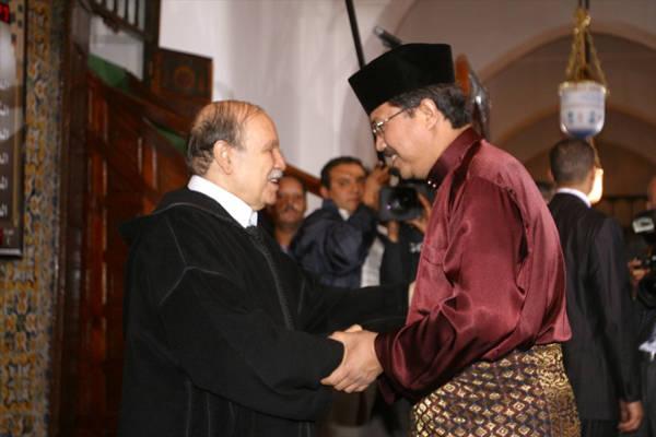 Người Malaysia sẽ nắm vào các ngón tay của vị khách, sau đó đặt lòng bàn tay lên trái tim mình để tỏ lòng hiếu khách.