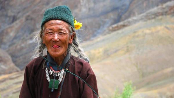 Người Tây Tạng có cách chào hỏi dễ thương nhất, họ sẽ thè lưỡi ra để chào khách. Đây là một nghi lễ truyền thống rằng, họ đang chứng tỏ mình không phải là một con quỷ dữ trong truyền thuyết.