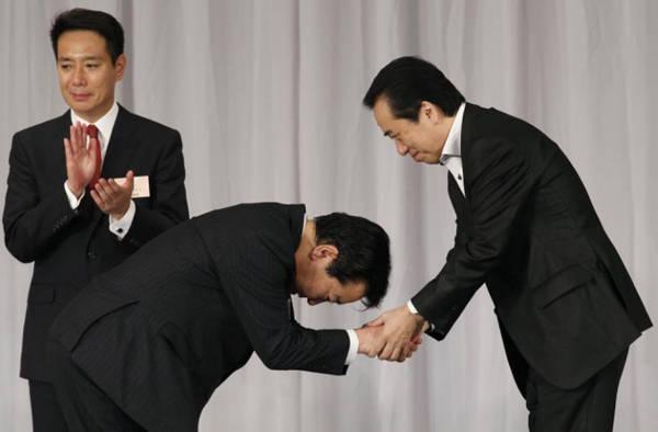 Ở Nhật, người ta tỏ lòng tôn trọng với người đối diện bằng cách cúi chào, tư thế và góc độ khác nhau tương ứng với độ kính trọng với từng người. Người càng lớn tuổi hoặc càng quan trọng thì bạn càng phải gập người thấp hơn. Người Ấn Độ sử dụng nghi lễ Namaste khi chào người khác, đó là cách chắp bàn tay thẳng 90 độ so với cổ tay, các ngón tay hướng lên trên.