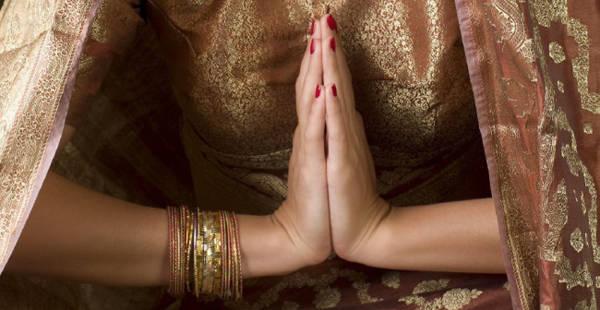 Người Ấn Độ sử dụng nghi lễ Namaste khi chào người khác, đó là cách chắp bàn tay thẳng 90 độ so với cổ tay, các ngón tay hướng lên trên.