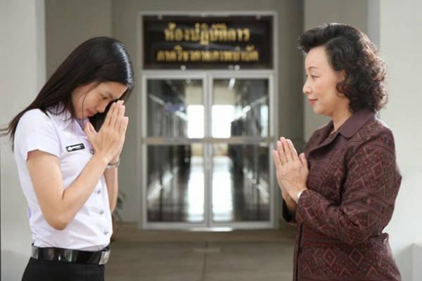 Tương tự như người Ấn Độ, người Thái cũng chắp tay như cầu Phật để chào hỏi, người nhỏ tuổi sẽ đi kèm một cử chỉ cúi mình khi đứng trước người lớn tuổi.