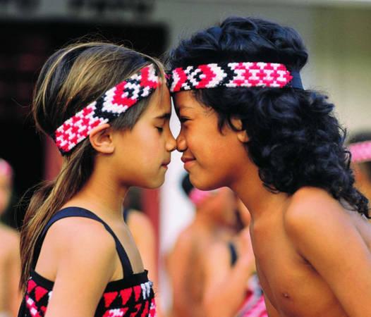 Người Maori ở New Zealand có nghi lễ hongi thay lời chào, đó là cách bạn sẽ áp mũi và trán vào đối phương.