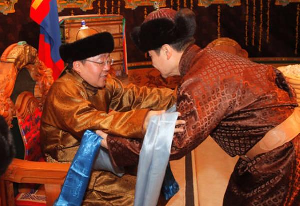 Không chỉ chào hỏi bằng lời nói, người Mông Cổ còn tặng nhau chiếc khăn hada như một lễ nghi không thể thiếu khi gặp mặt. Người được tặng sẽ cung kính cầm 2 tay để nhận món quà.