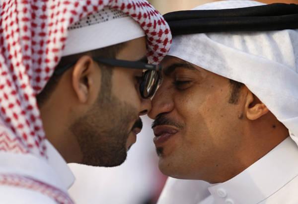 """Người Ảrập Saudi sẽ chào người tới nhà bằng cách đặt tay lên vai họ, nói câu As-salamu alaykum, nghĩa là """"Mong bạn thanh thản"""", đi kèm với nghi lễ chạm mũi và trán như người New Zealand."""
