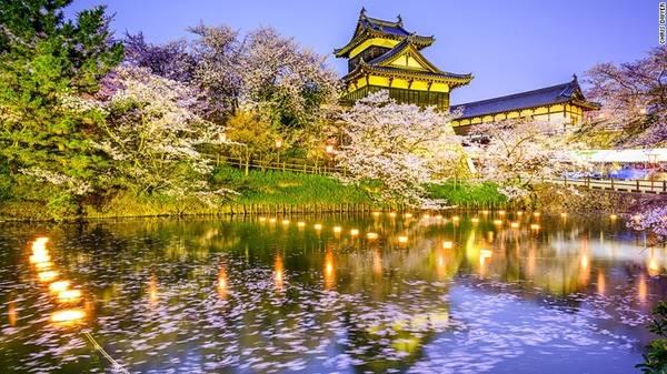 Thành phố Nara: Công viên Nara nằm giữa trung tâm thành phố, là điểm thưởng hoa tuyệt vời với hơn 1.500 cây anh đào và khung cảnh như trong truyện cổ tích.