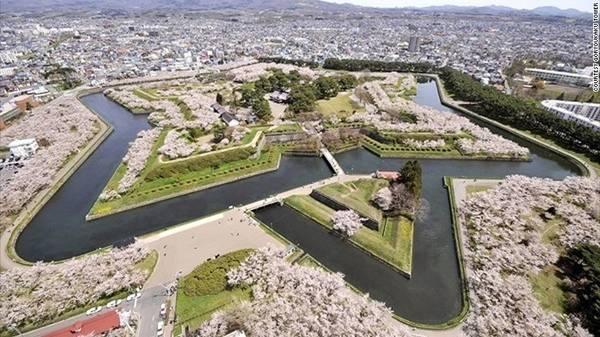 Thành phố Hakodate, Hokkaido: Tháp Goryokaku ở thành phố Hakodate phía nam Hokkaido nhìn ra đồn Goryokaku. Công trình có kiến trúc hình ngôi sao độc đáo, được xây dựng vào năm 1855 và trở thành công viên vào năm 1910, sở hữu hơn 1.000 cây anh đào.
