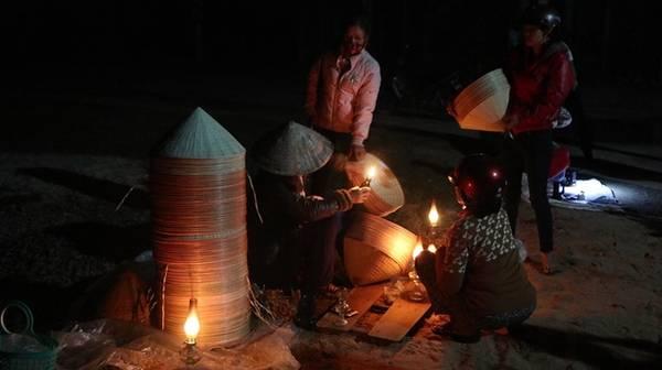 Chợ nón làng An Hành Tây (Ngô Mây, Phù Cát, Bình Định) họp từ nửa đêm (khoảng 2h) và kết thúc khi trời vừa hửng sáng.