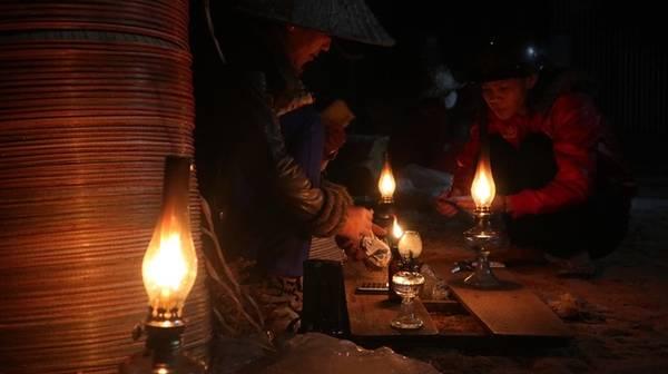 Không sạp, không mái che, không đèn điện, chợ họp trên nền đất, dưới ánh đèn dầu của những người dân theo nghề làm nón lâu đời ở vùng đất Phù Cát. Chợ nón họp lúc nửa đêm dưới ánh đèn dầu.