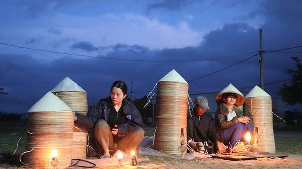 Phiên chợ nón chỉ họp lúc nửa đêm ở Bình Định Trời hửng sáng, khoảng 5-6h là lúc người dân thu dọn hàng. Ngoài chợ An Hành Tây, Bình Định còn có nhiều chợ nón lâu đời khác như chợ Gò Căng, chợ Cát Tân cũng chỉ họp lúc nửa đêm dưới ánh đèn dầu.