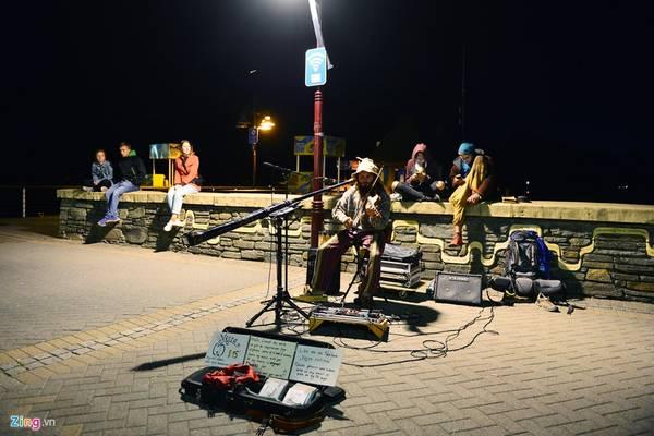 """Queenstown thu hút nhiều du khách các nước Âu - Á. Vào sáng sớm và buổi tối, họ đến nơi trung tâm nhất ngồi ngắm cảnh, tận hưởng không gian tĩnh lặng và thưởng thức đồ uống. Ở đây có các nhóm """"nghệ sĩ đường phố"""" biểu diễn một số ngón nghề kiếm sống qua các trò diễn xiếc, ảo thuật và âm nhạc trên vỉa hè."""