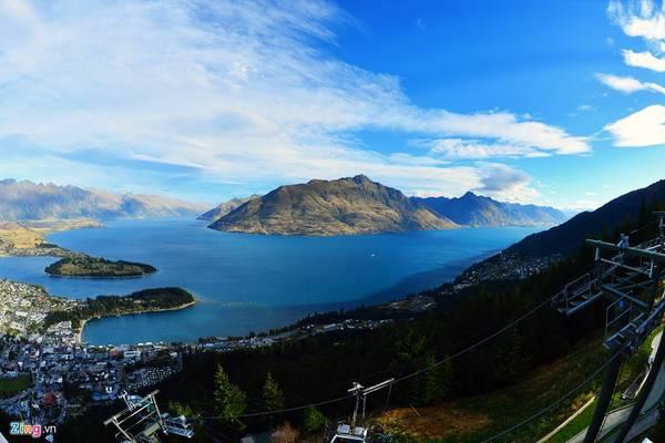 Điểm du ngoạn hấp dẫn nhất ở Queenstown là đỉnh núi Bob, độ cao 450 m. Từ trung tâm thị trấn, du khách đi cáp treo lên trong 5 phút để tận hưởng tầm nhìn bao quát khắp các hồ nước và những ngọn núi xung quanh. Giá vé cho một đầu người ở mỗi trò chơi từ 39-230 đô la New Zealand (1 đô la NZ bằng gần 17.000 VNĐ).