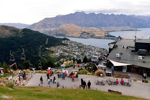 Nhìn từ trên cao, du khách sẽ thấy một phần của hồ Wakatipu. Tại đây còn có nhiều trò chơi cảm giác mạnh và các môn thể thao như đạp xe, bay dù lượn...