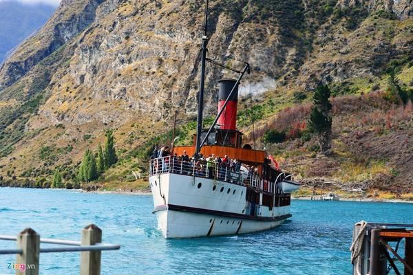 Đến Queenstown, du khách không thể không đi trên chiếc tàu thủy lịch sử từ thị trấn tới trang trại Walter Peak nằm giữa một hòn đảo. Đây là trại nuôi cừu truyền thống của người New Zealand, lâu nay đã được chuyển thành nhà nghỉ và địa điểm tham quan, ăn uống, ngắm cảnh.