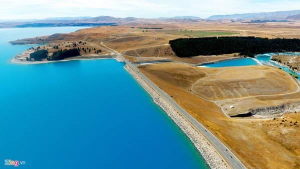 Chạy theo chiều từ nam tới bắc, du khách không thể bỏ qua để dừng lại ngắm hồ Pukaki, một trong ba hồ phía bắc lưu vực các sông Mackenzie của đảo Nam New Zealand (hai hồ khác là Tekapo và Ohau). Cả ba hồ này được tạo ra khi trầm tích của sông băng rút xuống, bị chặn bởi thung lũng, hình thành nên những khối đất đá xung quanh hồ.