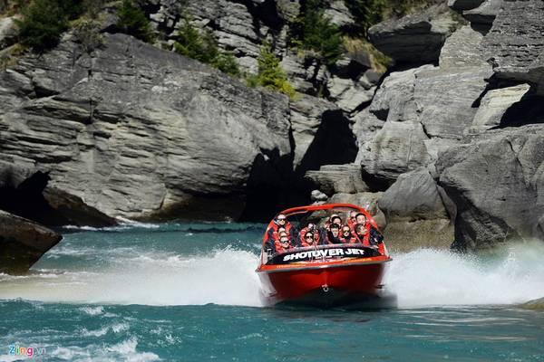 Trong ngày tiếp theo của lịch trình, du khách được trải nghiệm trò cano siêu tốc dọc dòng sông Shotover trong khoảng 30 phút. Ngồi trên chiếc jetboat này, bạn sẽ thấy rất phấn khích với những cú xoay 360 độ trên mặt nước, có lúc tưởng chừng như sắp lao vào vách đá nhưng thực ra chỉ là màn đùa giỡn của người lái với người chơi.