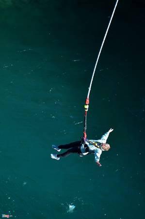 """Đến New Zealand, du khách không thể không trải nghiệm """"đặc sản"""" cảm giác mạnh là trò bungy. Đây là loại hình nhảy từ một điểm cố định trên cao lao xuống trong tư thế chân được giữ bằng một sợi dây co giãn."""