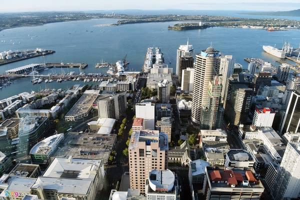 """Trong ảnh là một góc trung tâm Auckland - thành phố lớn nhất New Zealand, nơi tập trung đông cư dân nhất (khoảng 1,5 triệu người). Auckland còn được gọi là """"Thành phố của những cánh buồm"""" bởi tại cảng có hàng nghìn chiếc tàu du lịch, du thuyền hạng sang cập bến neo đậu mỗi ngày."""