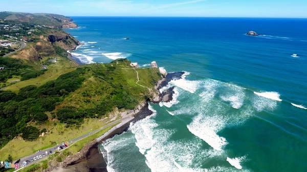Phía đông thành phố này có bãi biển Muriwai với màu cát đen kỳ lạ thu hút khách du lịch. Vào mùa thu tháng 3, bầu trời và mặt nước biển luôn xanh ngắt, từng con sóng lăn tăn cuốn theo hàng đập vào bờ tạo nên một không gian kỳ thú.
