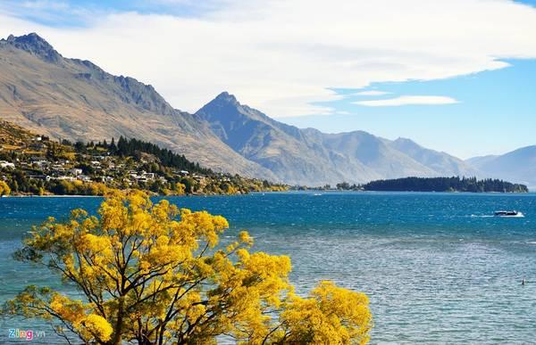 New Zealand nằm trên quần thể hai đảo lớn Bắc và Nam. Nếu như ở đảo Bắc có Auckland là thành phố lớn nhất nước đáng tới du ngoạn thì ở đảo Nam, Queenstown thu hút rất đông khách trong và ngoài nước.