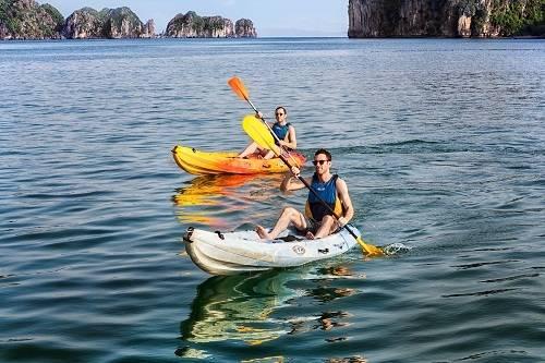 Du khách nước ngoài thích thú chèo kayak trên vịnh Hạ Long: Ảnh: Thư Kỳ