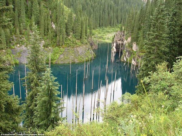 Hồ Kaindy quyến rũ với màu xanh như ngọc. Khi lại gần, du khách có thể nhìn sâu xuống lòng hồ.