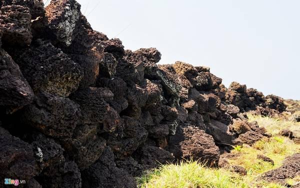 Những phiến đá đen trầm tích núi lửa nằm chồng lên nhau tạo muôn hình kỳ thú trên cánh đồng đất đảo. Du khách đến tham quan huyện đảo Lý Sơn có thể ngắm ruộng bậc thang có bờ đá trầm tích núi lửa ở di tích xóm Ốc, cánh đồng bên bờ biển (thôn Đông, xã An Vĩnh) và ruộng bậc thang ở xã đảo An Bình (đảo Bé).