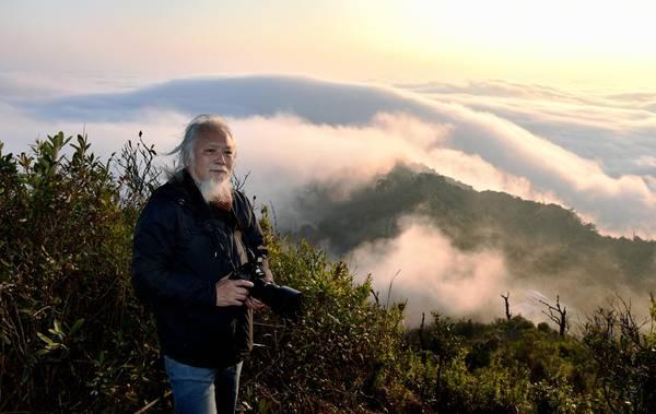 Một du khách lớn tuổi tới săn ảnh biển mây, để thấy rằng người yêu cái đẹp không từ độ tuổi nào.