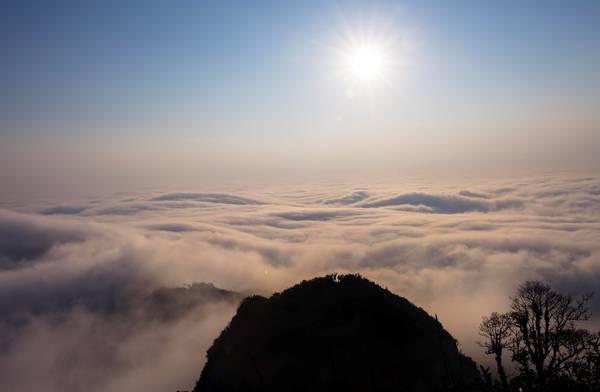 Sắc trắng trải dài, xa xa được mặt trời soi bóng như một tấm chăn khổng lồ cuộn lấy hạ giới.