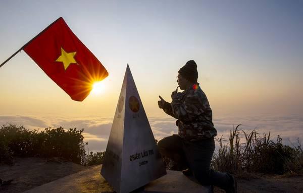 Lá cờ Tổ quốc và đỉnh chóp Chiêu Lầu Thi mới được cắm trên đỉnh núi. Chóp này nặng 92 kg, làm bằng hợp kim, được người dân khiêng lên đỉnh bằng tay không, vì không có một phương tiện cơ giới nào hỗ trợ được.