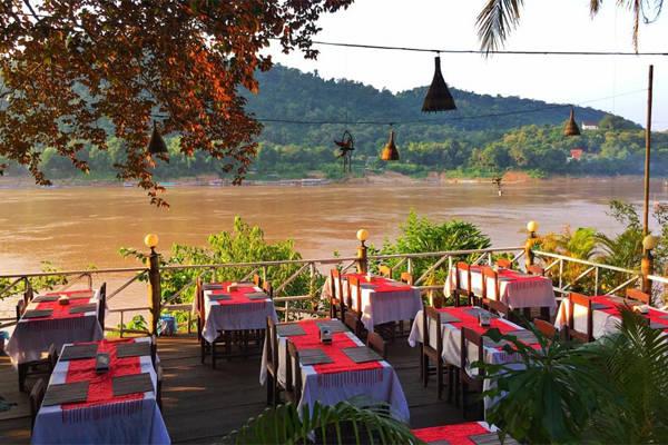 Những quán ăn rất đáng yêu bên dòng sông Mekong.