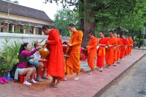 Sư đi khất thực là hình ảnh buổi sớm ấn tượng ở Luang Prabang.