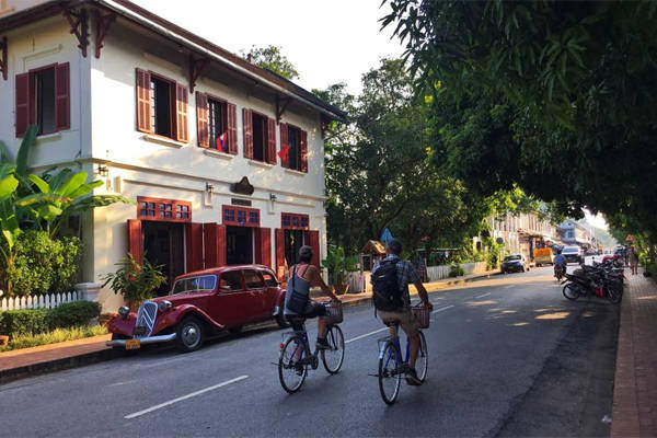 Hãy thuê một chiếc xe đạp và lang thang đường phố Luang Prabang để cảm nhận hết sự yên bình nơi đây.