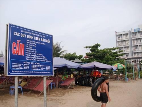 Trên ảnh là một trong những biển chỉ dẫn, quy định trên bãi biển hiện nay ở thị xã Sầm Sơn. Ảnh: Báo Công Thương.