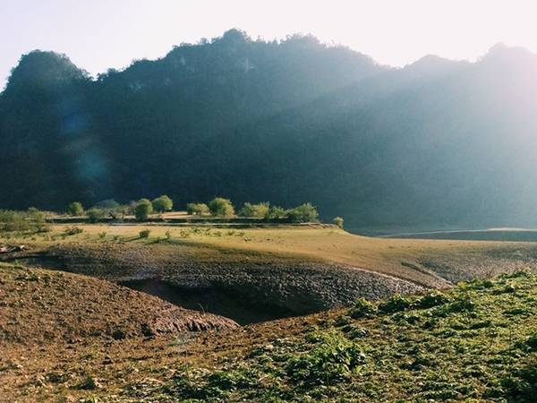 """Một thung lũng có cảnh đẹp thanh bình ở huyện Trà Lĩnh (cách TP Cao Bằng khoảng 50 km) đang được nhiều dân xê dịch chia sẻ và gọi là """"tuyệt tình cốc"""", ý nói nơi này là chốn thâm sơn cùng cốc nhưng cảnh sắc mê mẩn."""