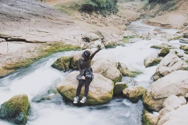 Từ TP Cao Bằng, bạn có thể đi xe máy hoặc ôtô đến thị trấn Quốc Hùng, hỏi người dân đường vào thác Nặm Trá là sẽ được chỉ dẫn. Nếu là người địa phương, đi từ hồ Thang Hen sang.